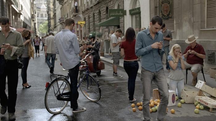 smartphones-woman-man-street